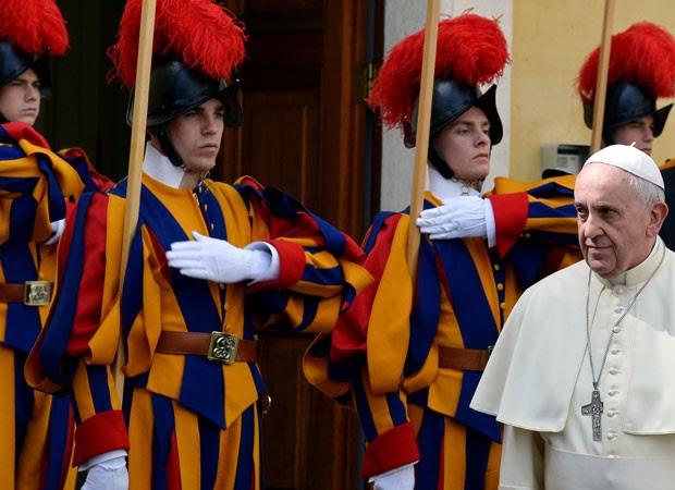Papa chega ao Vaticano para encontro com a Rainha Elizabeth II (Foto: AFP)