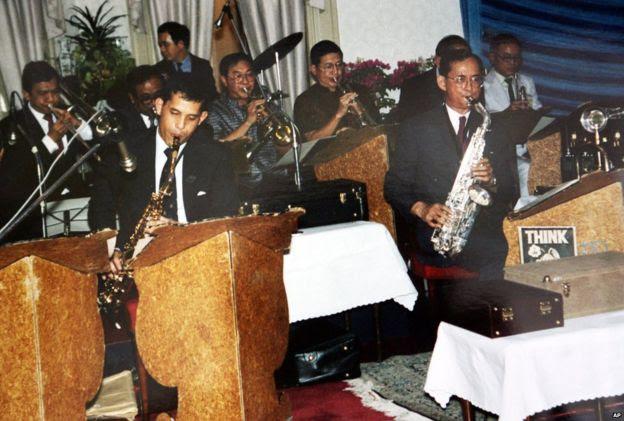 Quốc vương Bhumibol Adulyadej (phải) chơi cùng con trai, Thái tử Vajiralongkorn, và các nhạc công Thái khác