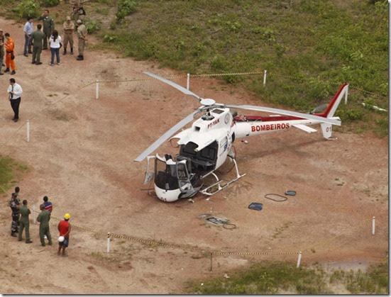 helicoptero despedacado thumb Helicóptero se despedaça ao pousar no Pará