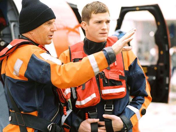 Ben Randall (Kevin Costner) vê um grande potencial no rebelde Jake Fisher (Ashton Kutcher)