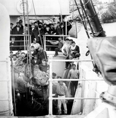 «Ο υποφαινόμενος αλιεύων σπόγγους εν ελληνικοίς ύδασιν ανεύρον εν τω βυθώ της θαλάσσης δεξιάν χείρα χαλκού αγάλματος κατά τι μεγαλειτέραν του φυσικού», έγραφε ο καπετάνιος στην πρώτη αναφορά του.