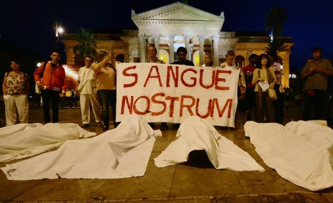 Coleções de alimentos, vigílias, os sicilianos tochas agitar sobreviventes