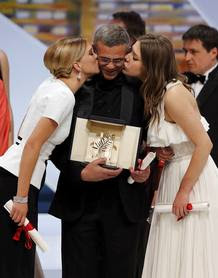 Director Abdellatif Kechiche, actresses Lea Seydoux and Adele Exarchopoulos, pose on stage after receiving the Palme d'Or award during the closing ceremony of the 66th Cannes Film Festival