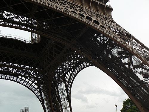 LA tour Eiffel vue de dessous.jpg