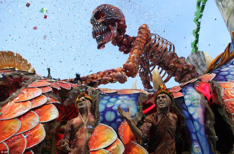 Dramático: esqueletos e crânios são sempre uma característica dos desfiles de Carnaval