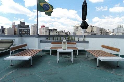 Casa de Nico Puig, com bancos de sala de espera hospitalar reciclados por ele (Foto: Arquivo pessoal)