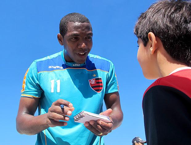 Renato autógrafo praia Flamengo  (Foto: Janir Junior/Globoesporte.com)