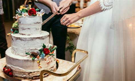 Steps For Properly Cutting A Wedding Cake   Wedding Venues