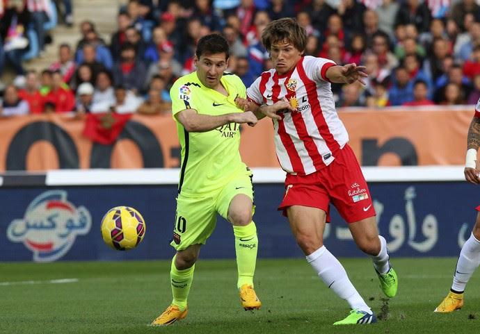 Messi e Dubarbier, Barceona x Almería (Foto: EFE)