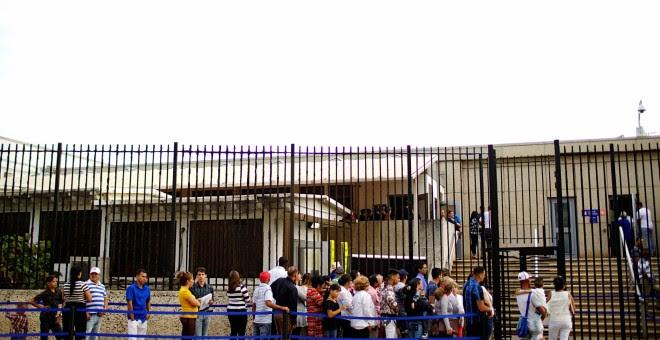 Gente esperando para entrar en la embajada de EEUU en La Habana, Cuba. REUTERS/Alexandre Meneghini
