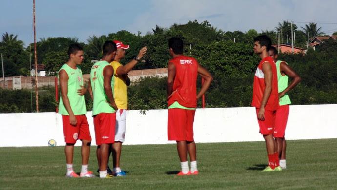 Oliveira Canindé, técnico do América-RN, orienta jogadores durante treino (Foto: Jocaff Souza)
