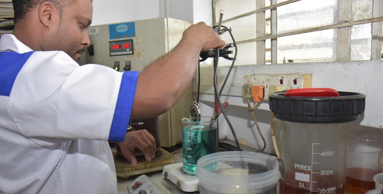 Place à l'étape du galvano-électro plaquage pour que la matière en or ou en argent soit transposée sur les médailles.
