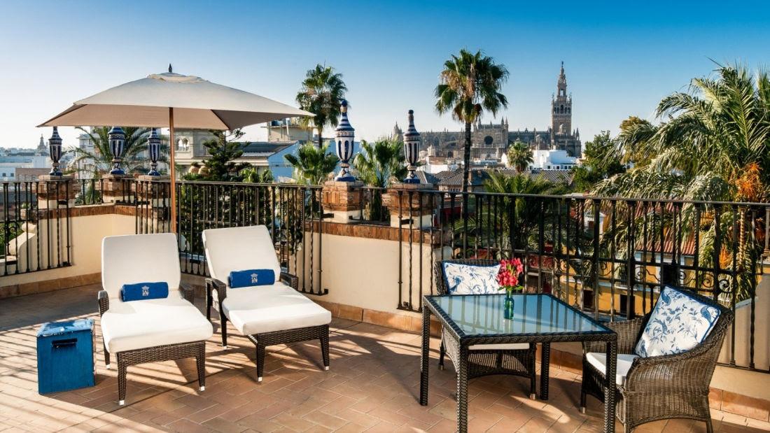 Relájese bajo el soleado cielo de Sevilla con las mgníficas vistas de la Suite Catedral.