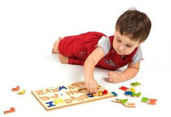Foto: Niño jugando con un rompecabezas