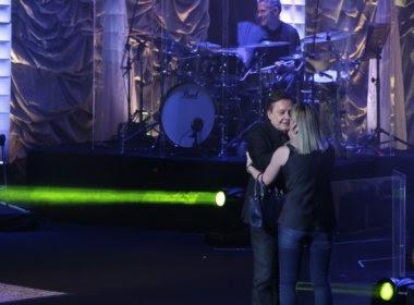 Sem se importar com presença da esposa, Fábio Júnior dá beijo em fã durante show