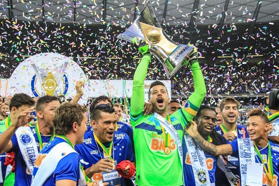 Fábio levantou a nova taça do Brasileirão pela primeira vez / Dudu Macedo/Fotoarena/Folhapress