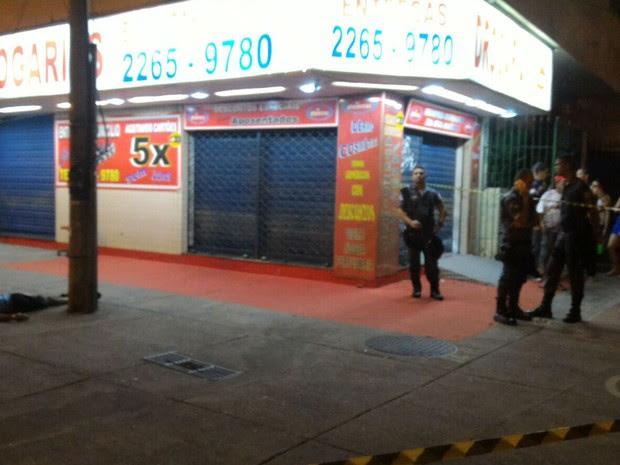 Homem foi morto em um dos pontos mais movimentados de Laranjeiras (Foto: Emiliano Tolívia/Globoesporte.com)