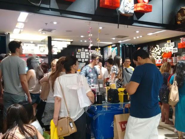 Consumidores lotam lojas de shopping às vésperas do Natal (Foto: Nicole Melhado/ G1)