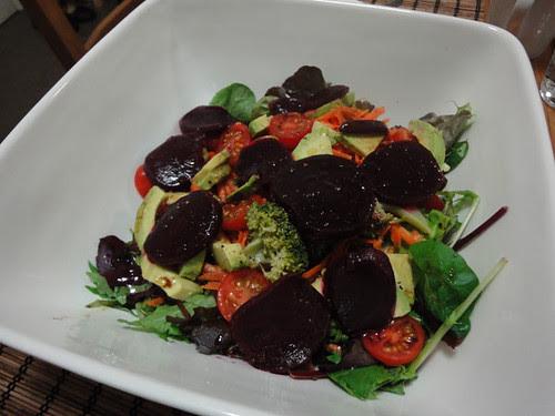 Ensalada de lechugas mixtas, tomates cherry, zanahoria rallada, palta, betarraga y brócoli