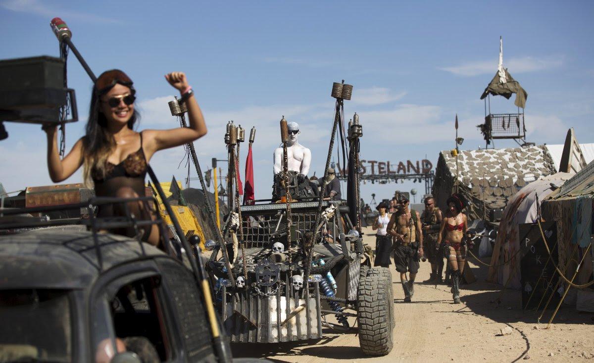 """Fãs de """"Mad Max"""" constroem seu próprio mundo pós-apocalíptico no meio do deserto 13"""