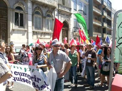 A deputada bloquista Mariana Aiveca esteve presente na manifestação da Função Pública contra os cortes dos subsídios de férias e Natal. Foto Catarina Oliveira.