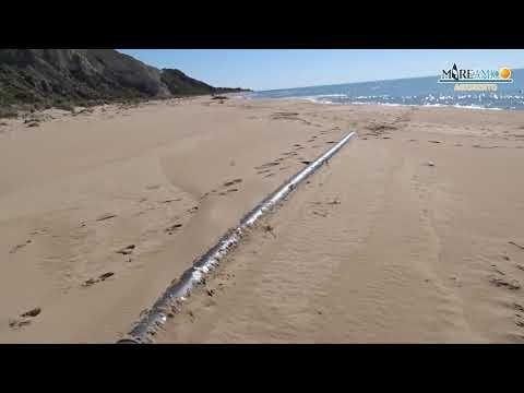 Un tubo inquinante sulla spiaggia di Torre Salsa (video)