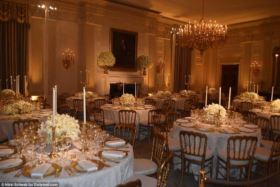 A visão de Melania Trump para seu primeiro jantar de estado incluiu cenários dourados, bufês de flores brancas e verde-claras e jantar à luz de velas
