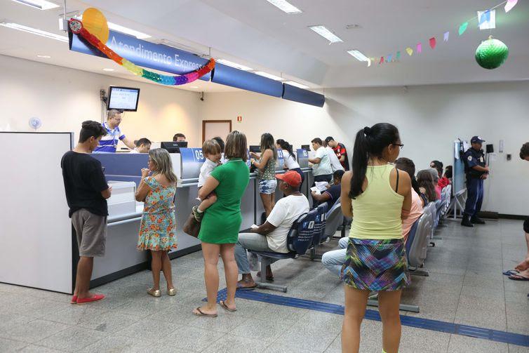 Brasilia - Com antecipação de saque do FGTS, agências da Caixa têm sábado movimentado (Valter Campanato/AgênciaBrasil)