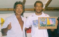 Takashi entrega o troféu Rapunzel a José Antônio