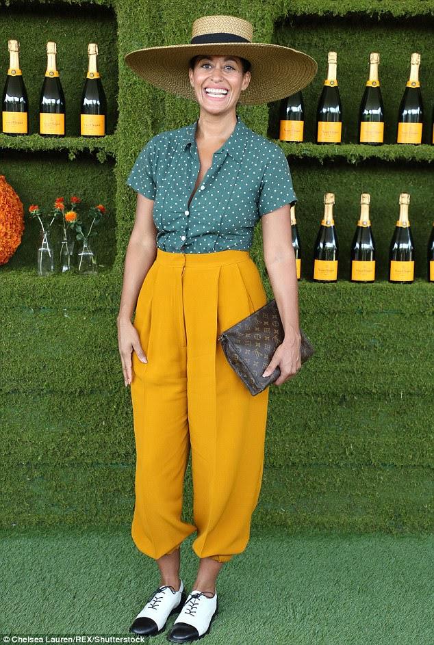 Olhando bem: Tracee Ellis Ross emparelhou seu botão verde de bolinhas com calças de cintura alta;  Ela desenhou com um Louis Vuitton e sapatos preto e branco