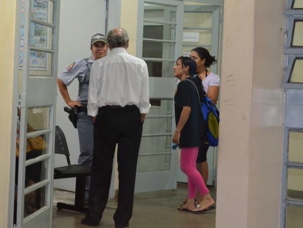 Mães conversam com advogado de professor agressor de Santa Bárbara (Foto: Thomaz Fernandes/G1)