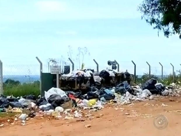 Lixo ficou acumulado em vários bairros de Marília (Foto: Reprodução/TV TEM)