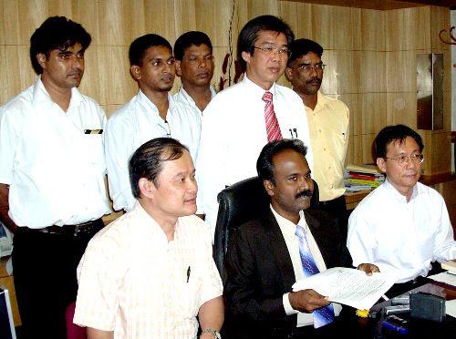 Peguam yang mewakili Sivakumar, Sulaiman Abdullah, mengemukakan bantahan awal bahawa mahkamah tidak patut melayani permohonan mereka kerana saman terhadap Sivakumar tidak mematuhi prosedur.