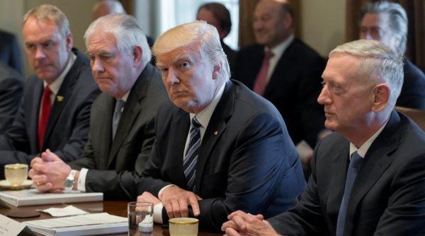Donald Trump junto a gabinete de gobierno
