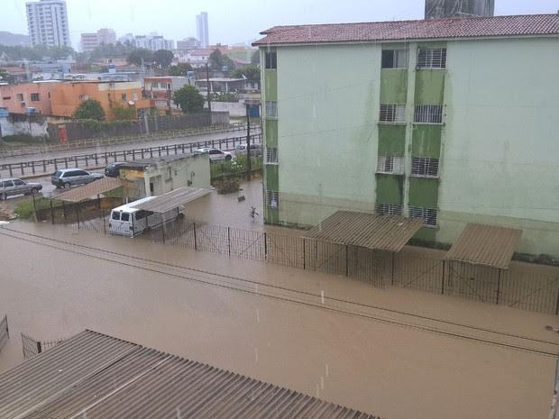 No bairro de Casa Caiada, em Olinda, também há ruas alagadas (Foto: Rose Maria/TV Globo)