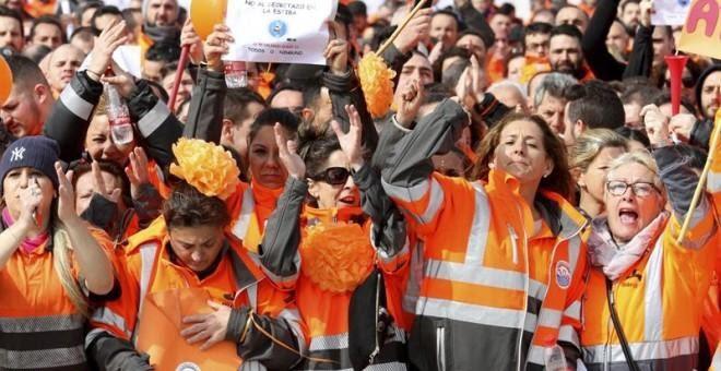 Alrededor de un millar de estibadores, reunidos en la explanada del del recinto portuario de Algeciras donde han pedido al Gobierno español un 'diálogo franco' en el conflicto de la estiba o habrá movilizaciones 'a nivel mundial'. EFE/A. Carrasco Ragel