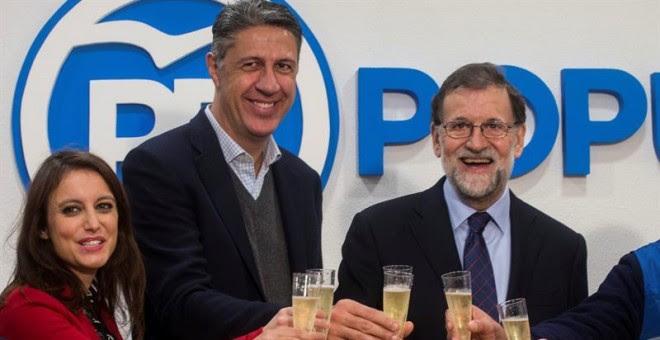 El presidente del Gobierno y del Partido Popular, Mariano Rajoy, acompañado del candidato del PPC a la presidencia de la Generalitat, Xavier García Albiol (c), y la numero dos de la lista de los populares, Andrea Levy (i), durante la inauguración de la Of