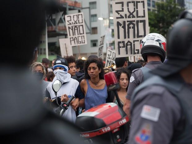 Policiais impedem passagem de manifestantes durante ato contra o aumento da tarifa de ônibus em São Paulo (Foto: Marcelo Brandt/G1)