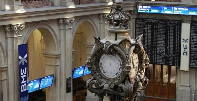 Vista del reloj del patio de negociación de la Bolsa de Madrid. E.P.
