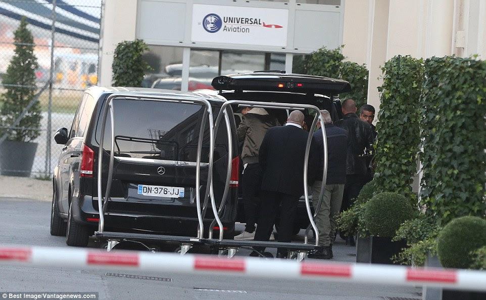 bagagem de Kim Kardashian é transferido para um jato particular no aeroporto de Le Bourget em Paris