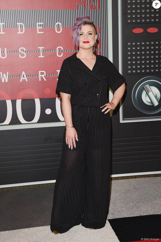 Kelly Osbourne usou terninho risca de giz e calças pantalonas no VMA 2015