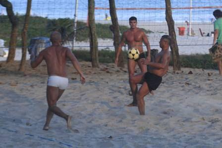 Romário joga futevôlei na praia