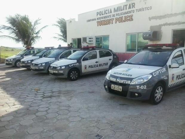 Carros da PM do RN ficam parados no pátio da Companhia de Turismo (Foto: Arthur Barbalho)