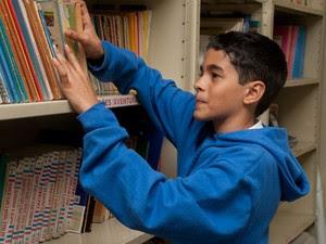 "Lucas Cícero do Nascimento, de 12 anos, vai escrever o editorial do jornal: ""quero ser jornalista"" (Foto: Victor Mazon/ G1)"