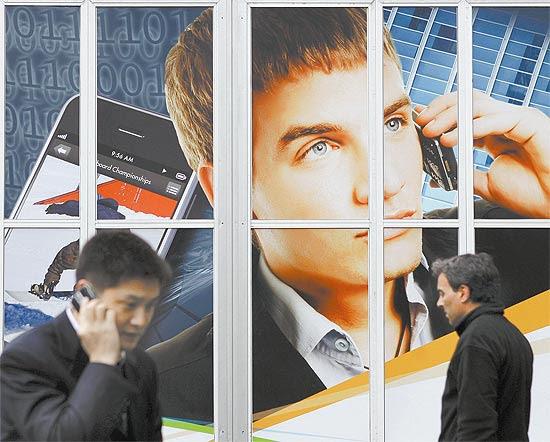 Visitantes do Mobile World Congress, maior evento de telefonia móvel do mundo, em Barcelona