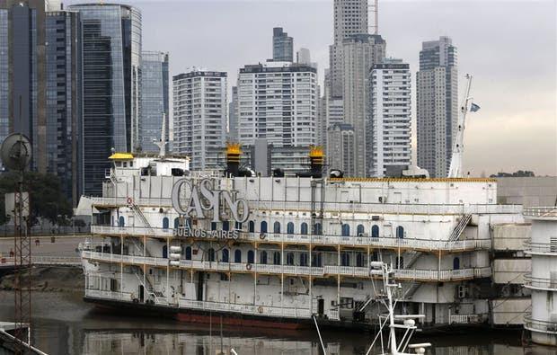 Uno de los dos barcos casino que funcionan en Puerto Madero