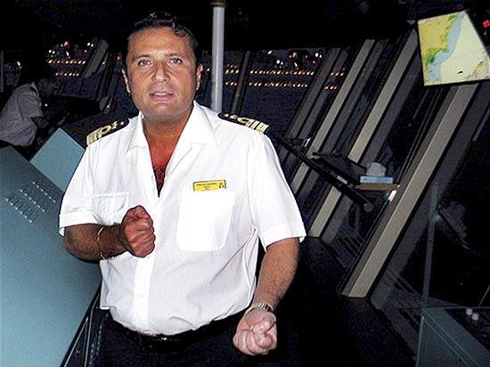 Capitão Francesco Schettino, na sala de comando do navio; capitão diz que empresa sabia sobre suas manobras