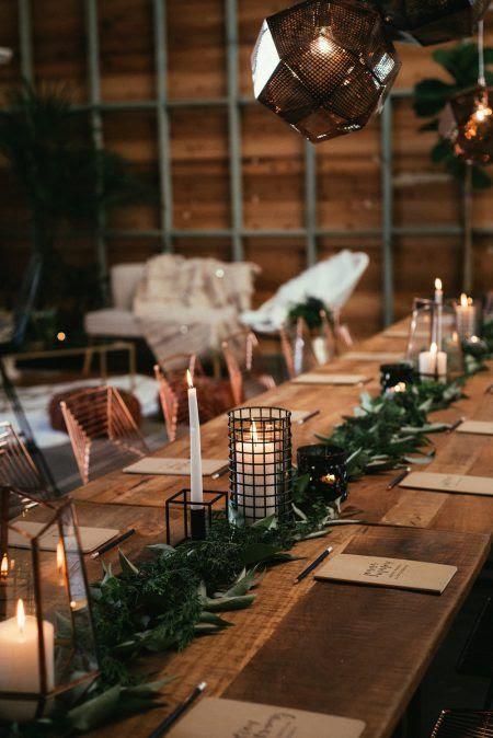 eine moderne grün Tischläufer mit Kerzen-Laternen eingearbeitet, die für eine Industrie-winter-Hochzeit
