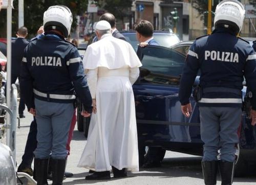 El Papa Francisco , una amenaza de muerte con 'balas en un sobre' mientras se lleva a cabo un juicio por escándalo financiero