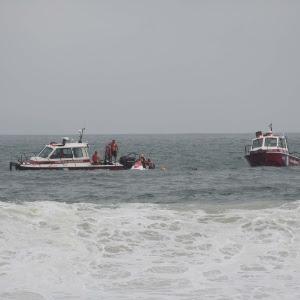 Helicóptero do Corpo de Bombeiros cai no mar da praia de Copacabana, no Rio de Janeiro